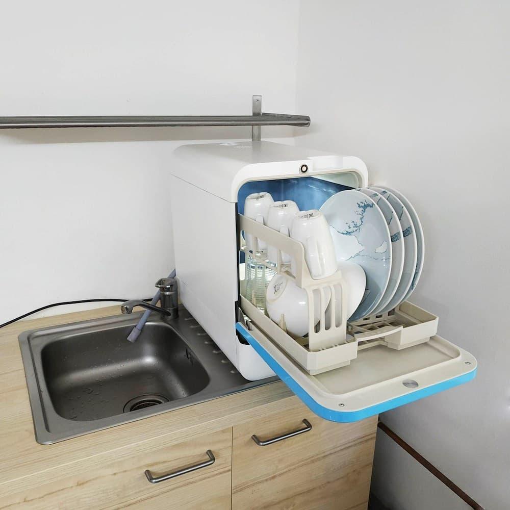 Bob le mini lave-vaisselle, un appareil électroménager compact ayant une capacité de deux couverts.