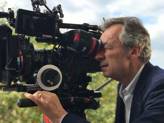 Michel Denisot est passé derrière la caméra (mais toujours en costume) pour son film Toute Ressemblance...