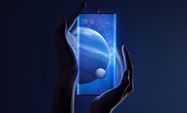 Ci-dessus, le Mi Mix Alpha et son écran faisant tout le tour de l'appareil. Ci-dessous, la vidéo d'un prétendu prototype de smartphone pliable signé Xiaomi.