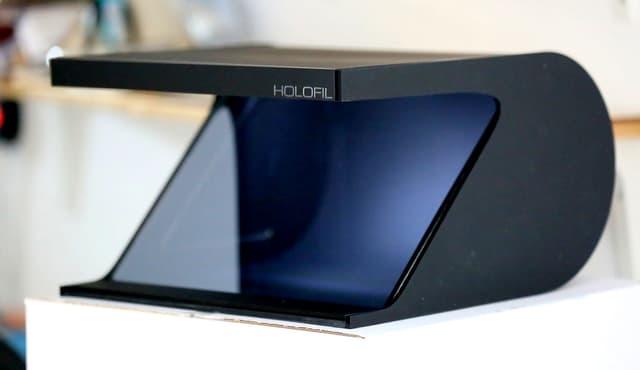 Le boîtier conçu par la start-up néerlandaise Holofil et sa vitre inclinée spéciale qui permet la projection d'une image holographique en 3D.