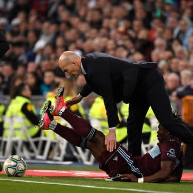 Zidane taclé par un joueur adverse en plein match