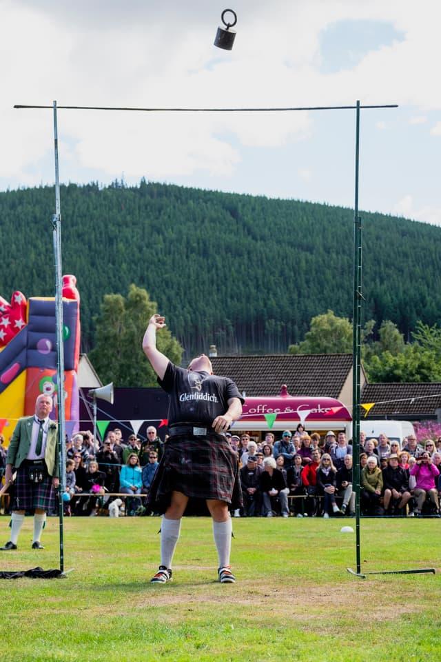 Le lancer de poids en hauteur, épreuve renversante des Highland Games