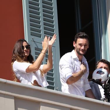 Le capitaine de l'équipe de France, Hugo Lloris et son épouse Marine, le 18 juillet 2018 au balcon de l'hôtel de ville de Nice, leur ville d'origine, après la victoire des Bleus à la Coupe du monde.