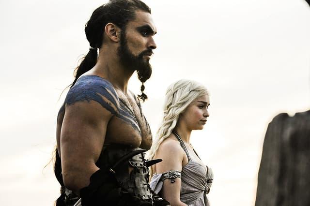 Au fur et à mesure que la série Game of Thrones avance, les proches de Daenerys tombent comme des mouches. Après son frère, son mari : Khal Drogo.
