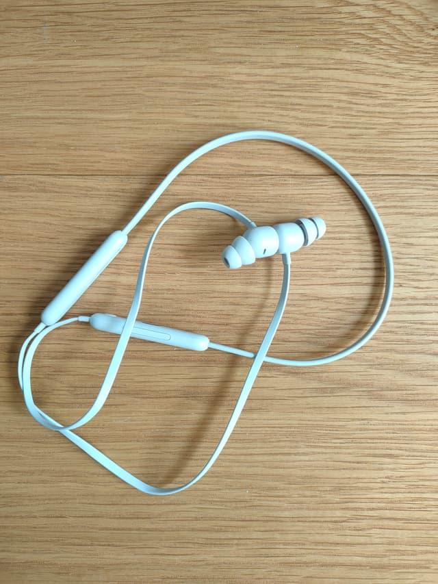 Les écouteurs des Beats Flex sont aimantés, et le fil ne fait jamais de nœuds.
