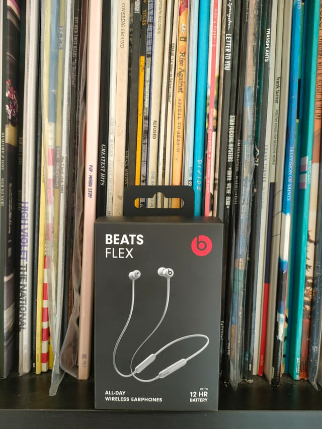 Le petit packaging des Beats Flex ne fait pas dans le suremballage et contient des matériaux recyclés.