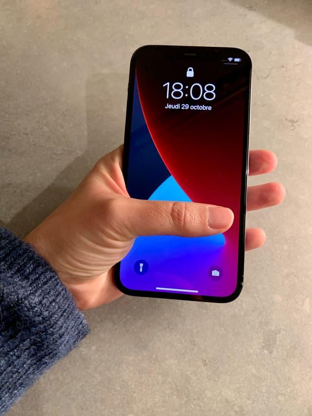 L'iPhone 12 Pro offre une tenue agréable, s'utilisant parfaitement à une seule main.