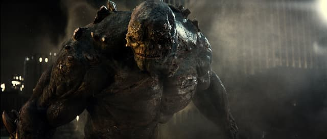 Doomsday, lors de sa première apparition dans le DC Universe à l'occasion du film Batman v Superman : L'Aube de la Justice.