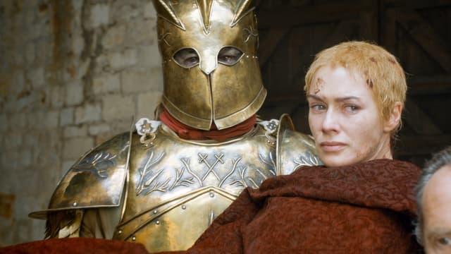 """Gregor Clegane, dit """"La Montagne, portant Cersei Lannister dans ses bras à qui il a prêté allégeance et dévotion."""