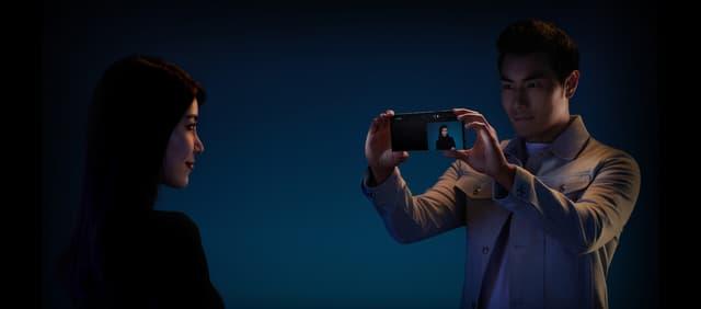 Le double-écran du Huawei Mate Xs permet de se voir quand on est pris en photo