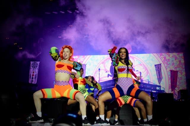 Pour accompagner Walshy Fire sur le devant de la scène, toute une troupe de danseuses à l'énergie tout aussi débordante.