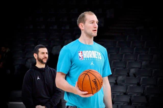 Le coach des Charlotte Hornets, James Borrego, veille sur Cody Zeller et ses autres joueurs à l'entraînement.
