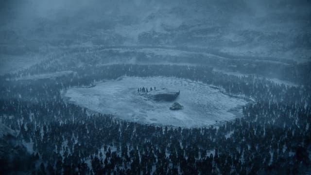 Les humains, encerclés par les Marcheurs Blancs de l'autre côté du Mur, dans la saison 7 de Game of Thrones.