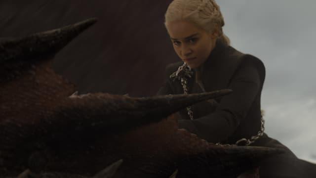 Daenerys Targaryen (Emilia Clarke) chevauche Drogon dans la série Game of Thrones.