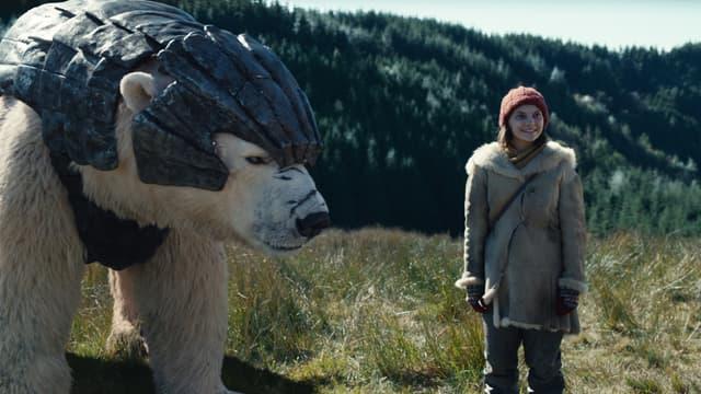 L'ours Iorek Byrnison et la jeune héroïne Lyra dans la première saison de His Dark Materials sur OCS