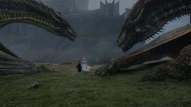 Rhaegal et Drogon, deux dragons de Daenerys, devant le château de Peyredragon, dans la série Game of Thrones.