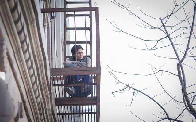 Stana Katic, dans le rôle d'Emily Byrne, la star de la série Absentia diffusée sur Altice Studio.