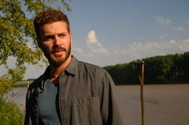 """Matt Pokora joue Axel, l'un des personnages principaux du téléfilm """"Le Premier oublié""""."""