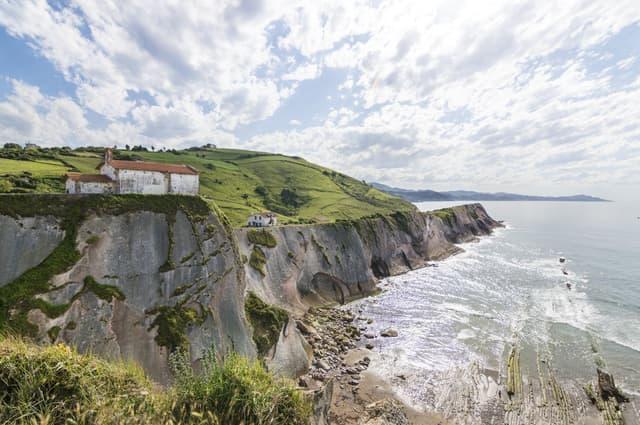 La plage d'Itzurun, en Espagne, sur laquelle a été placé le château de Peyredragon dans Game of Thrones.
