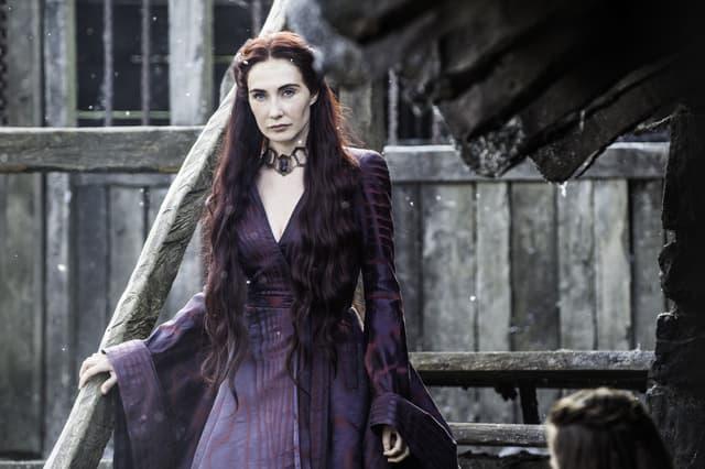 Mélisandre (Carice van Houten), prêtresse rouge, fidèle de R'hllor, qui pourrait avoir un rôle à jouer dans la prophétie d'Azor Ahai.