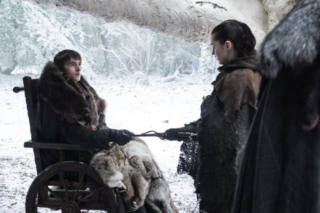Bran Stark remet à sa soeur, Arya, un poignard en acier valyrien ayant appartenu à Littlefinger.