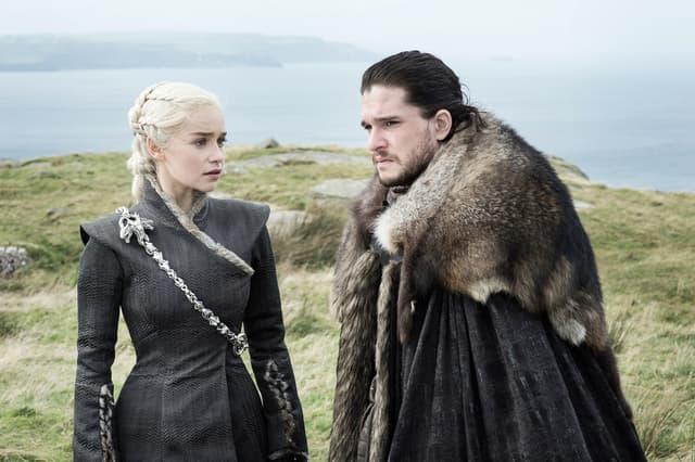 Jon Snow et Daenerys Targaryen, des prétendants solides au trône de fer dans Game of Thrones.