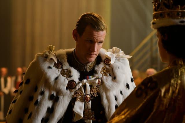 """Matt Smith, à genoux devant Claire Foy pour le couronnement, dans la saison 1 de """"The Crown""""."""