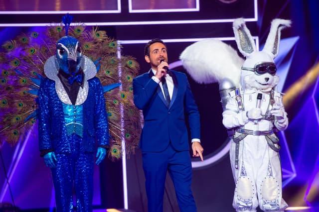 Camille Combal, le Paon et l'Écureuil dans Mask Singer sur TF1.
