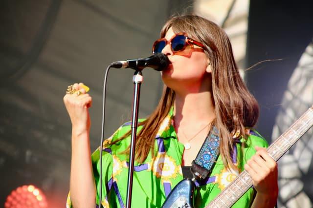 La chanteuse n'a pas qu'une voix et sort, dès le deuxième morceau, sa guitare électrique.