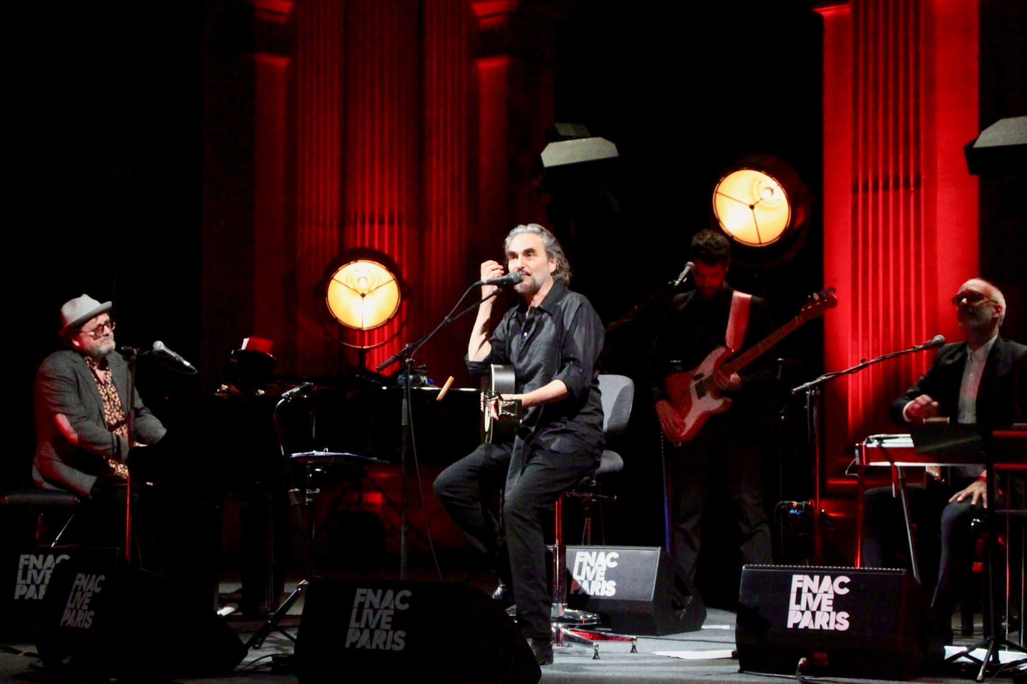 C'est dans l'intimité du Salon, et accompagné de quatre musiciens, que Stephan Eicher interprète ses nouvelles chansons à la guitare.
