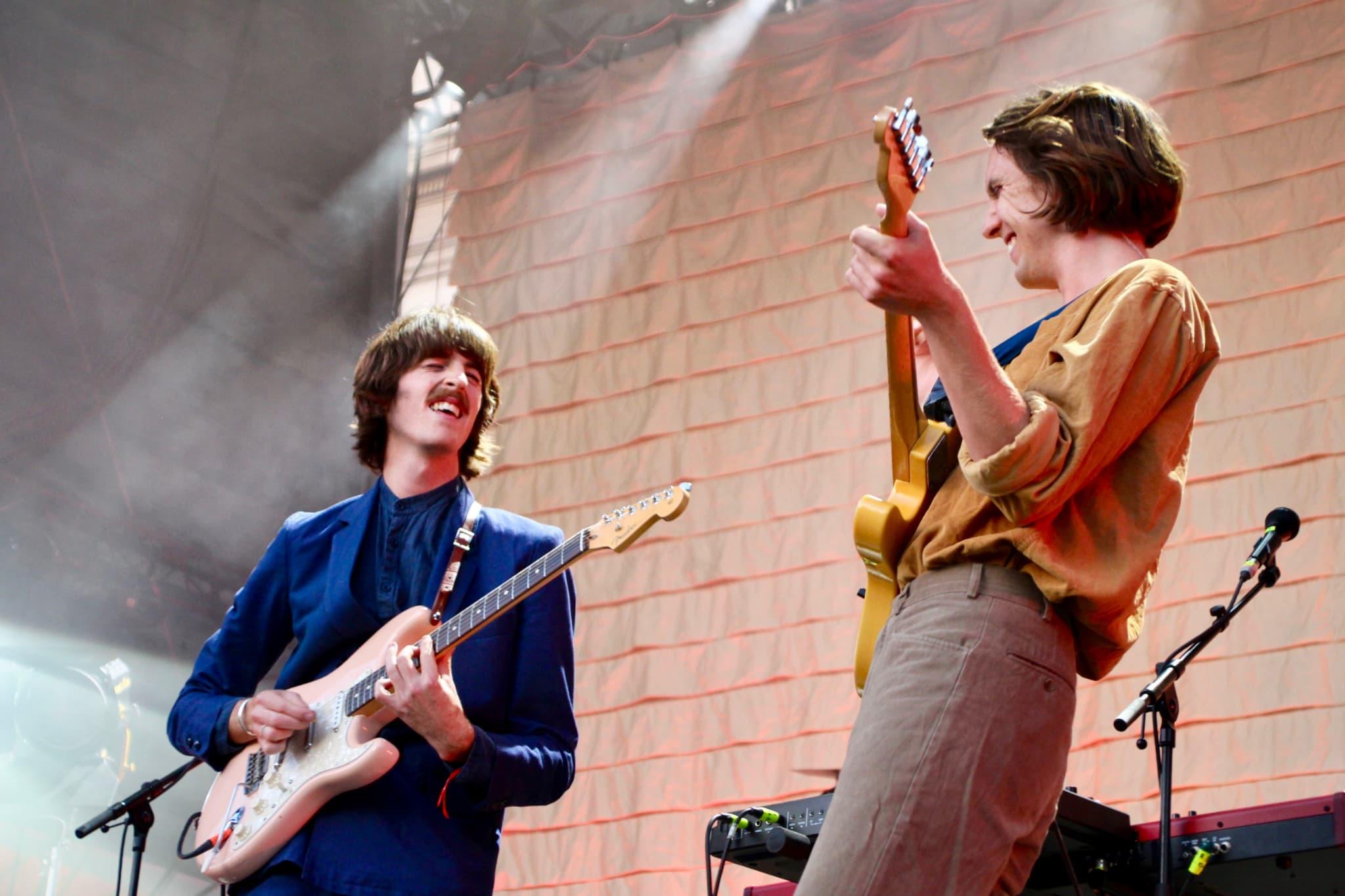 Le chanteur et guitariste, Jules Crommelin, et le chanteur et multi-instrumentaliste, Patrick Hetherington, du groupe Parcels.