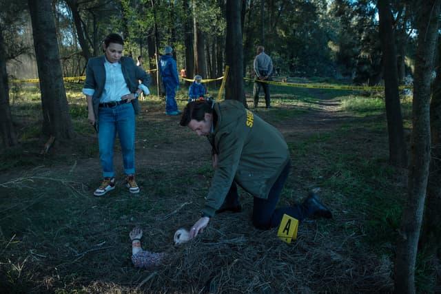 """Les détectives Cynthia Ramos (Gloria Garayua) et Mike Serrato (Aden Young) font-ils face au retour du """"tueur de la Rivière Russian"""" ?"""