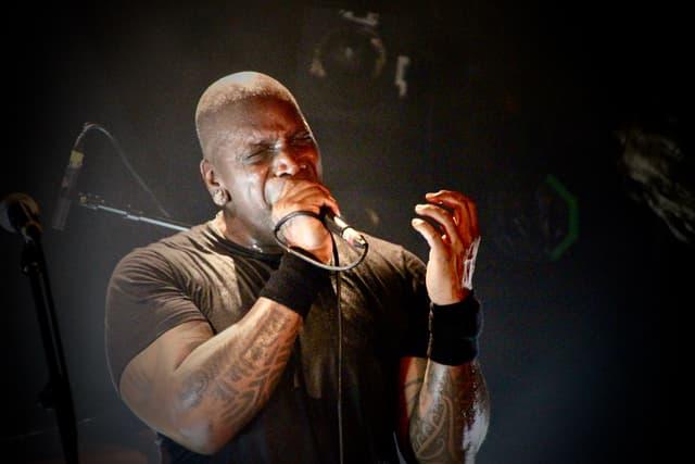 Derrick Green a bien donné de sa prestance ce mardi soir à La Maroquinerie, pour le plus grand bonheur du public.