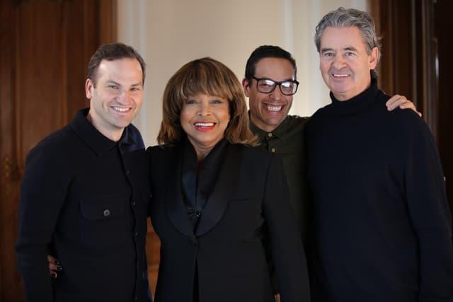 Les réalisateurs Dan Lindsay (à gauche) et T. J. Martin (au centre) aux côtés de Tina Turner et son époux Erwin Bach.
