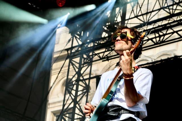 Édouard aussi avait sorti les lunettes de soleil pour le concert de Pépite au Fnac Live Paris.