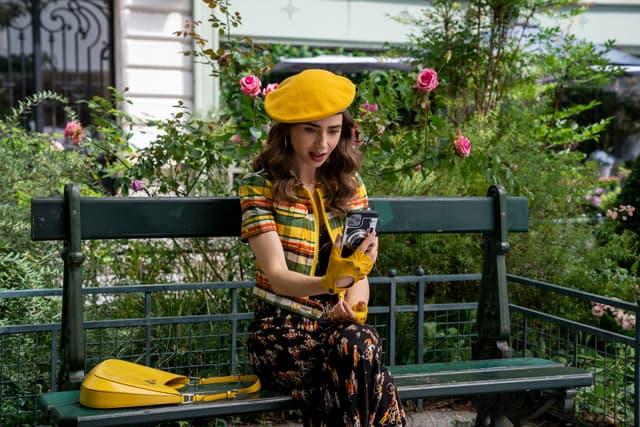 Emily, toujours aussi fashion victim sur les bancs de Paris