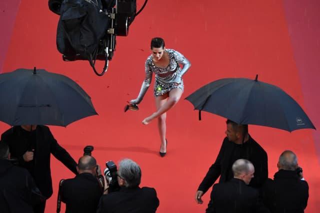 Kristen Stewart brise le protocole et retire ses talons pour monter les marches du Festival de Cannes