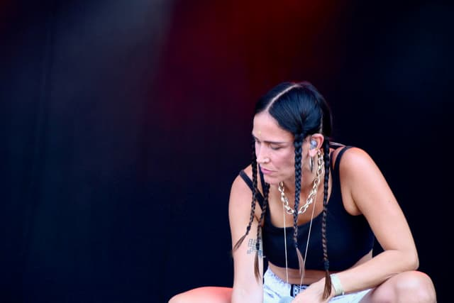 """La Chica, concentrée, l'esprit vaguant vers d'autres contrées pendant son interprétation du """"Canto Del Pilon""""."""