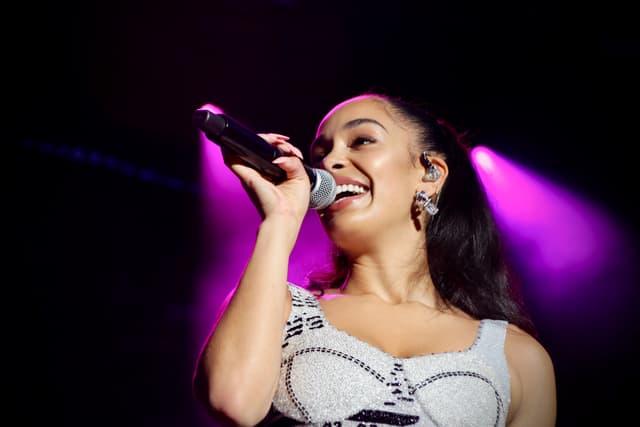 Si la chanteuse a tendance à faire la moue quand elle interprète ses titres, les réactions du public arrivent toujours à lui rendre le sourire.