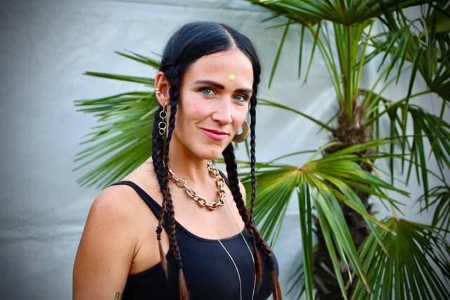 Son double héritage culturel, La Chica le fait découvrir à travers sa musique.