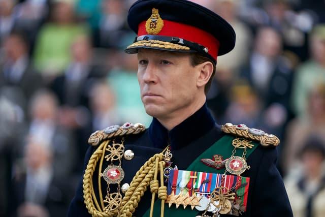 """Tobias Menzies reprend le flambeau pour incarner le prince Philip dès la saison 3 de """"The Crown""""."""