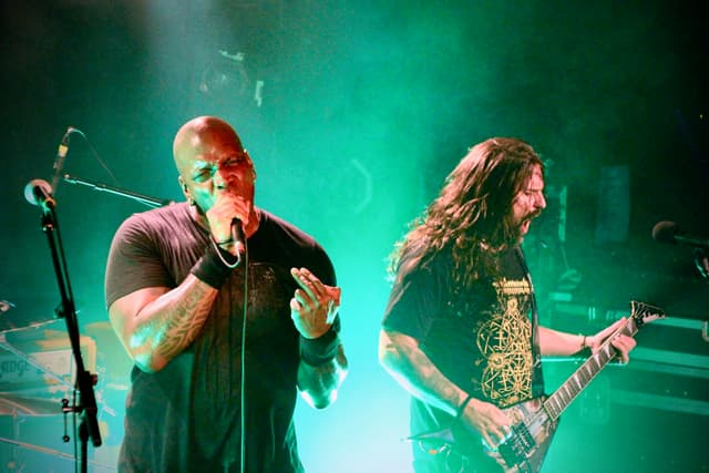 Derrick Green, la voix de Sepultura depuis 1997, et Andreas Kisser, sa guitare depuis 1987.