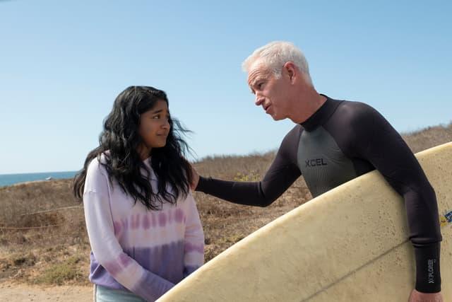 """John McEnroe, narrateur inattendu et génial des aventures de Devi, incarnée par Maitreyi Ramakrishnan dans """"Mes premières fois"""" sur Netflix."""