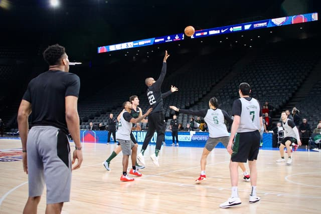 Khris Middleton (#22) tente un (joli) shoot à l'entraînement.
