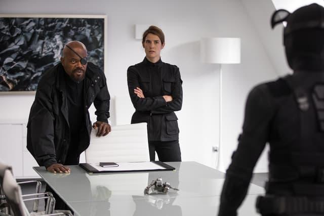 Nick Fury (Samuel L. Jackson) et Maria Hill (Cobie Smulders), face à Spider-Man et sa tenue noire, dans le film Spider-Man : Far From Home.