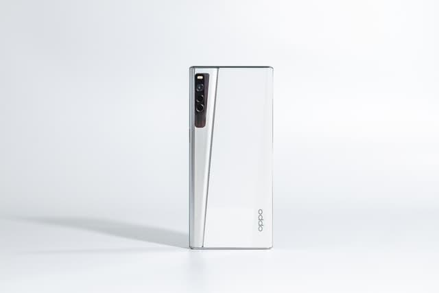 L'OPPO X 2021 en position smartphone