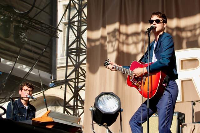 Pierre Guénard a su séduire la foule avec son groupe de rock français Radio Elvis.