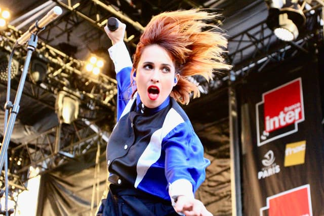 Suzane a su conquérir le public avec une electro-pop entraînante et une énergie débordante.