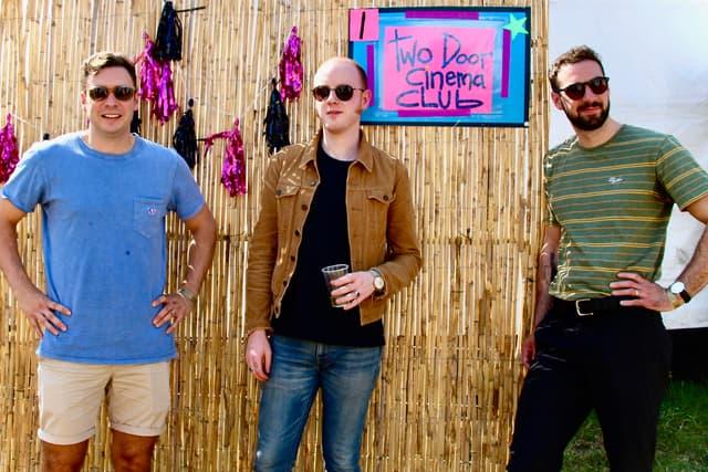 Les trois membres de Two Door Cinema Club backstage, deux heures avant leur concert à Rock en Seine.