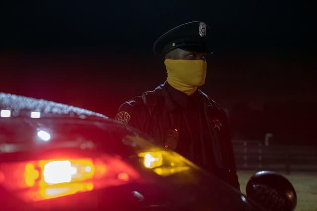 Un policier masqué de la série Watchmen, diffusée en France sur OCS City.